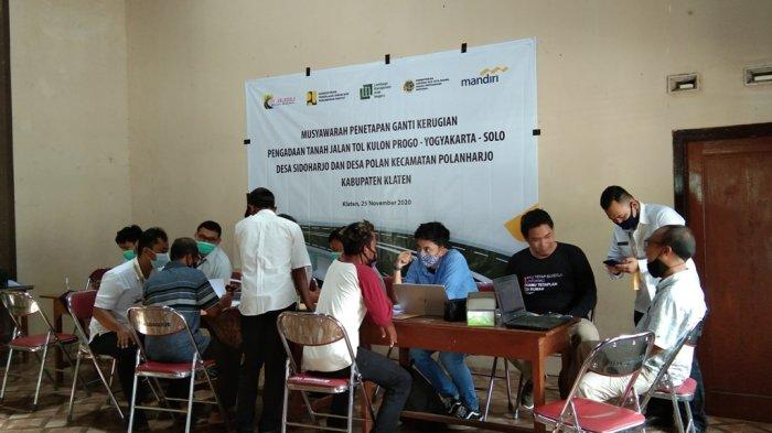 Suasana musyawarah ganti rugi pembangunan Jalan Tol Yogyakarta-Solo di Desa Sidoharjo, Kecamatan Polanharjo, Kabupaten Klaten, Rabu (25/11/2020)