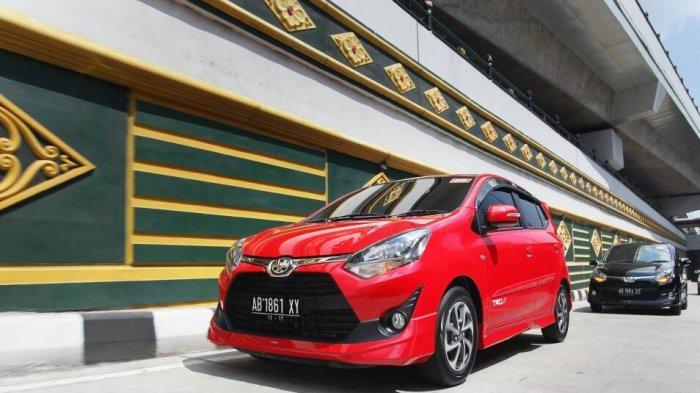 New Agya, melintas di flyover Jombor Yogyakarta, mobil LCGC ini sukses meraih Indonesia Millenial's Top Brand Award 2019 untuk kategori mobil (choice car).