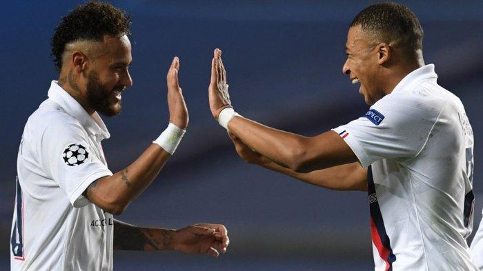Penyerang Paris Saint-Germain asal Brasil Neymar (kiri) dan penyerang Prancis Paris Saint-Germain Kylian Mbappe merayakan kemenangan di akhir pertandingan sepak bola perempat final Liga Champions UEFA antara Atalanta dan Paris Saint-Germain di Stadion Luz di Lisbon pada Agustus 12, 2020.