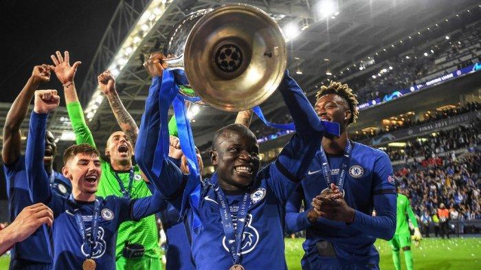 N'Golo Kante mengangkat trofi Liga Champions setelah laga final Manchester City vs Chelsea FC di stadion Dragao di Porto pada 29 Mei 2021.