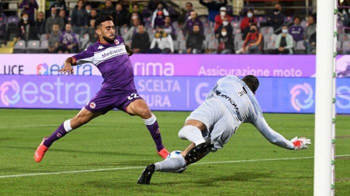 Nicolas Gonzalez vs Samir Handanovic di Liga Italia Serie A antara Fiorentina vs Inter Milan di Stadion Artemio Franchi di Florence, pada 21 September 2021.