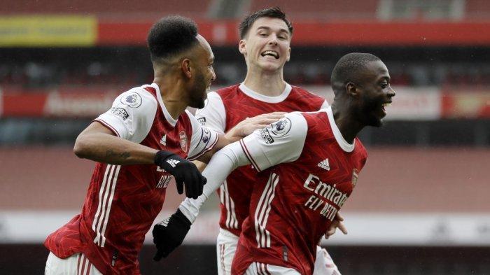 Pemain tengah Arsenal kelahiran Pantai Gading Nicolas Pepe (kanan) merayakan mencetak gol kedua timnya selama pertandingan sepak bola Liga Premier Inggris antara Arsenal dan Sheffield United di Stadion Emirates di London pada 4 Oktober 2020.