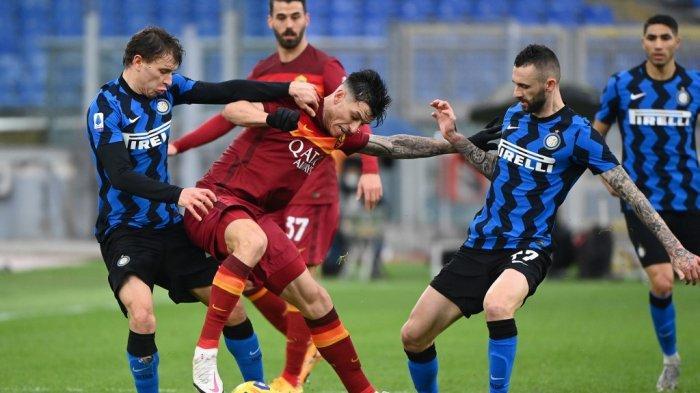 Nicolo Barella, Roger Ibanez dan Marcelo Brozovic di Serie A Italia AS Roma vs Inter Milan pada 10 Januari 2021 di stadion Olimpiade di Roma .