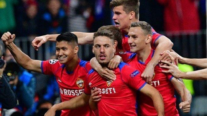 Para pemain CSKA Moskow merayakan gol Nikola Vlasic (tengah) seusai mencetak gol kemenangan timnya atas Real Madrid di Luzhniki, Rabu (10/3/2018) dini hari WIB pada ajang Liga Champion.