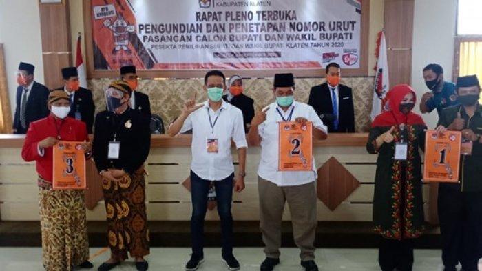 Tiga pasangan calon (paslon) di Pilkada Klaten 2020 menunjukkan nomor urut setelah melaksanakan pengundian nomor urut, Kamis (24/9/2020)