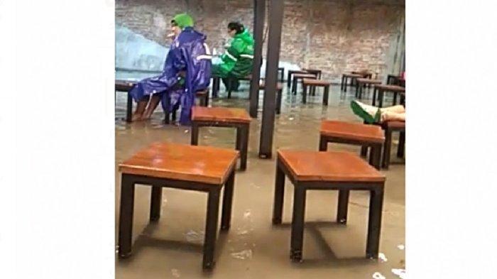 Ojol di Kota Solo Rela Basah-basahan di Tengah Genangan Air Demi Layani Pelanggan Beli Mie Gacoan