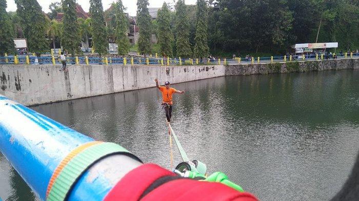 Olahraga Ekstrem Waterline, Menyebarang Menggunakan Tali di Atas Permukaan Air