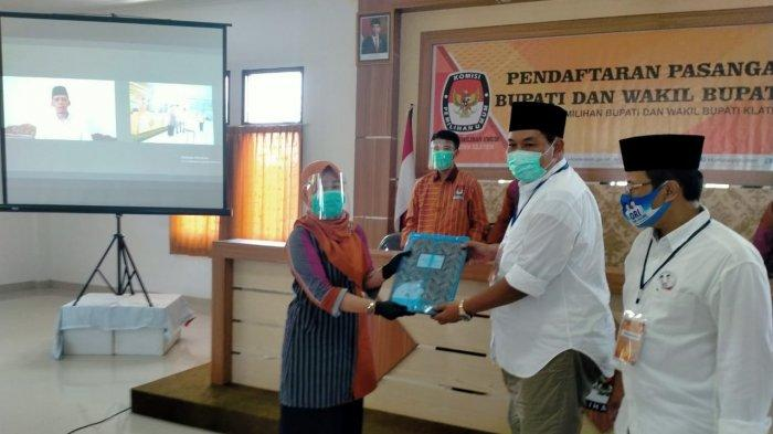 One Krisnata saat menyerahkan berkas pendaftaran calon Bupati dan Wakil Bupati Klaten ke Ketua KPU Klaten, Kartika Sari Handayani, Sabtu (5/9/2020).