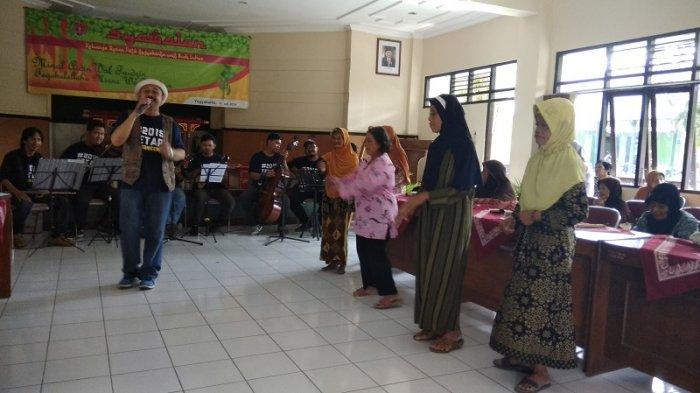 Orkes Tresnawara Hibur Lansia Tresna Werda dengan Musik Keroncong