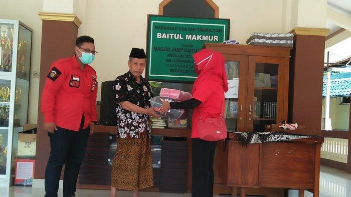 PAC PDIP Jetis serahkan masker di  Masjid Jami' Baitul Makmur Jogoyudan Yogyakarta