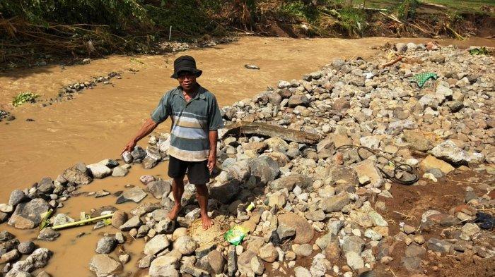 Ketika Rumah Jawa Paijan Hanyut Tersapu Arus Sungai. . .