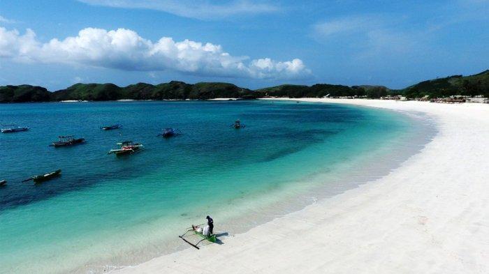 Pasir Putih - Pantai Tanjung Aan adalah satu diantara obyek wisata andalan di Kawasan Ekonomi Khusus (KEK) Mandalika Kabupaten Lombok Tengah. Pasir putih nan lembut,air laut yang jernih, dan dikelilingi perbukitan menghasilkan pemandangan yang mempesona.