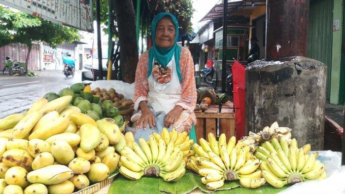 Tak ingin mengharapkan belas kasihan orang lain, membuat sosok nenek Laksmi (74) masih semangat berjualan buah di usianya yang tak lagi muda.