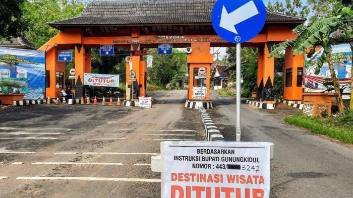 Papan penanda ditutupnya kawasan pantai selatan Gunungkidul di TPR Utama Baron, Tanjungsari.
