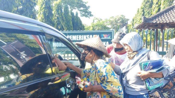Tetap Berjualan Meski Sepi, Pedagang Cendera Mata di Borobudur Berharap dari Wisatawan yang Kecele