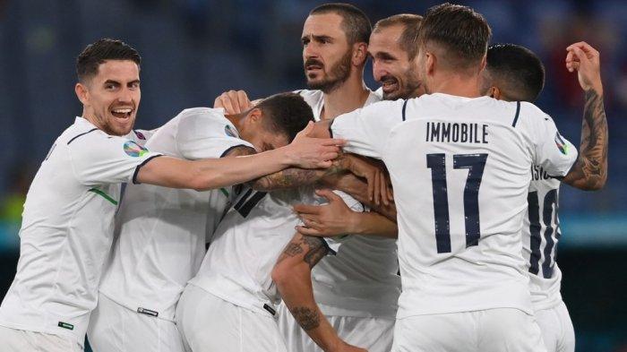 Para pemain Italia merayakan gol bunuh diri Merih Demiral di EURO 2020 Turki vs Italia di Stadion Olimpiade di Roma pada 11 Juni 2021.