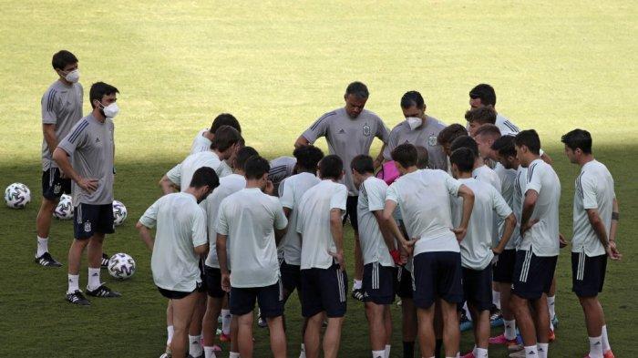 Para pemain Spanyol berkumpul di sesi latihan di Stadion La Cartuja di Sevilla pada 13 Juni 2021, menjelang EURO 2020 melawan Swedia.