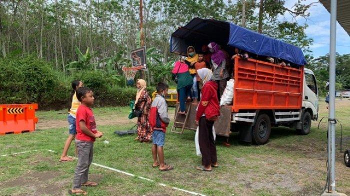 Para pengungsi Merapi kembali ke Barak Pengungsian Glagaharjo setelah beraktivitas di rumah Kalitengah Lor. Foto diambil 2 Januari 2021.