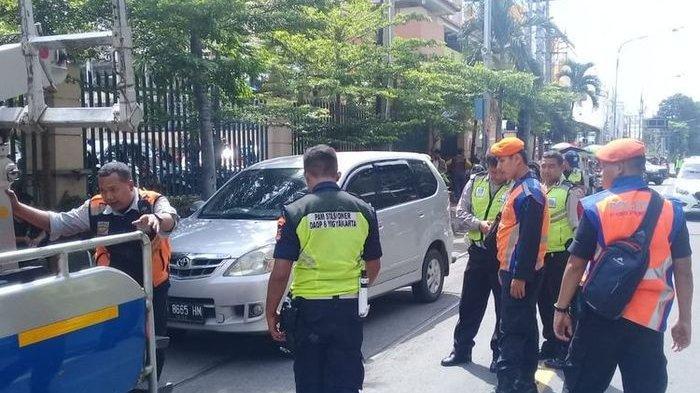 Mobil Parkir di Atas Rel Kereta di Solo Kena Denda Rp 250.000