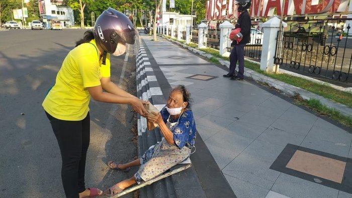Aksi Pasutri Ini Patut Dicontoh, Di Tengah PPKM Darurat Berbagi Ratusan Nasi Bungkus