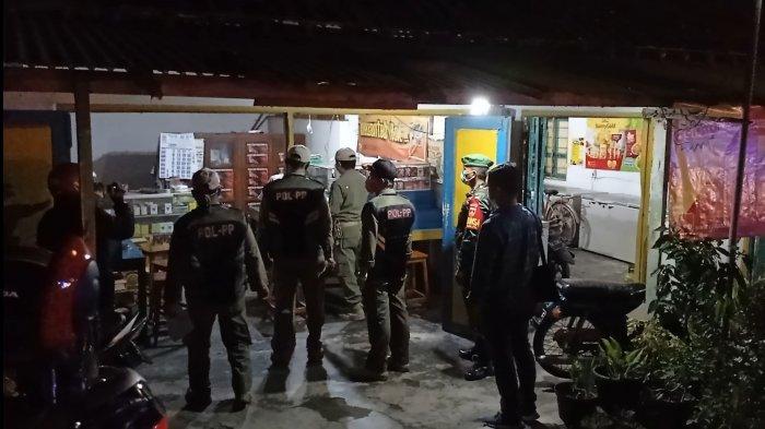 Sejumlah personil melakukan giat patroli penegakan PSTKM di Kabupaten Kulon Progo pada Selasa (12/1/2021) malam.