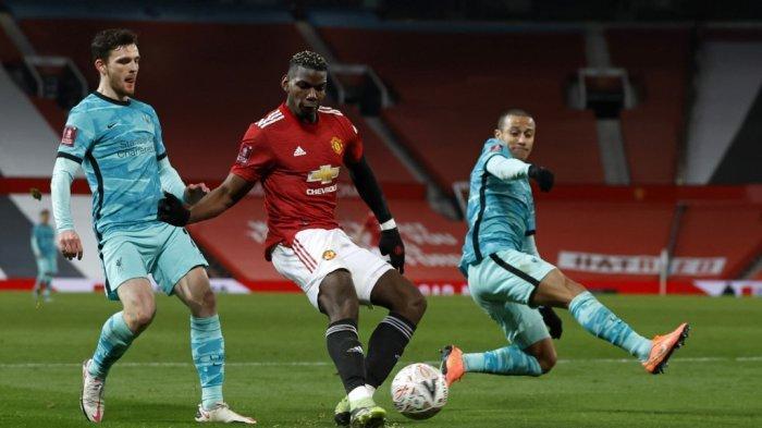 Paul Pogba dijaga Andy Robertson di Piala FA Inggris Manchester United vs Liverpool di Old Trafford di Manchester, Inggris, 24 Januari 2021.