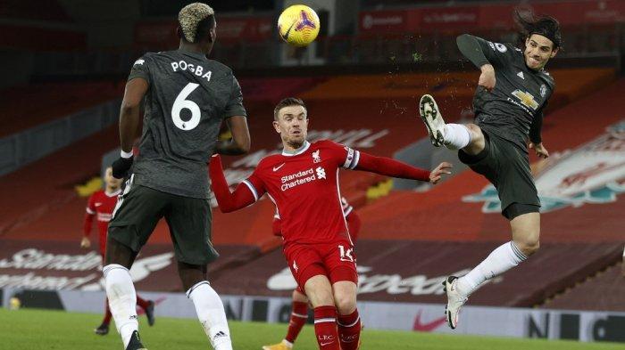 Paul Pogba, Jordan Henderson dan Edinson Cavani di Liga Inggris Liverpool vs Manchester United di Anfield di Liverpool Inggris 17 Januari 2021.