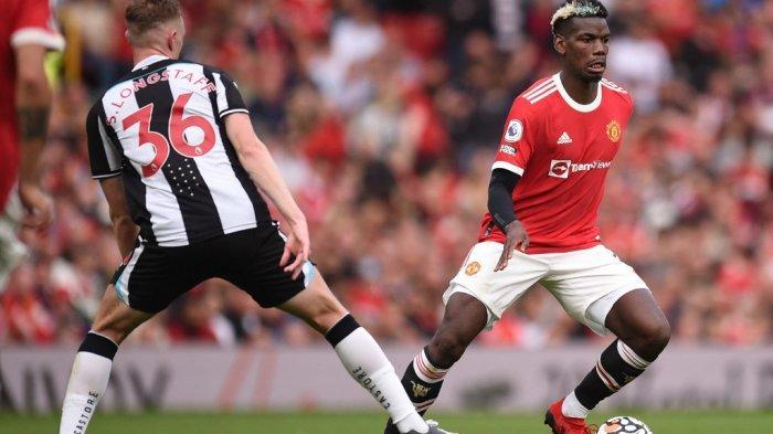 Paul Pogba vs Sean Longstaff di Liga Inggris antara Manchester United vs Newcastle di Old Trafford di Manchester, Inggris, pada 11 September 2021.