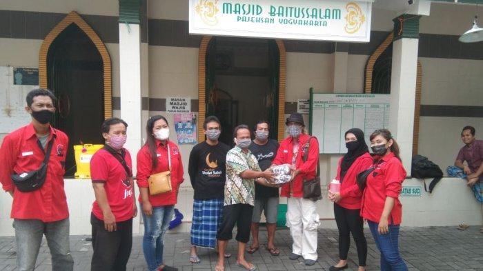 DPC PDIP Kota Yogyakarta Gelar Aksi Penyemprotan Disinfektan dan Bagi Masker di Tempat Ibadah