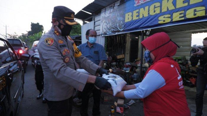 Pedagang Angkringan dan Tukang Ojek yang Terdampak PPKM Darurat Menerima Bantuan dari Polres Klaten