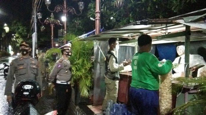 Pedagang Kuliner di Alun-Alun Klaten Mulai Menutup Dagangannya