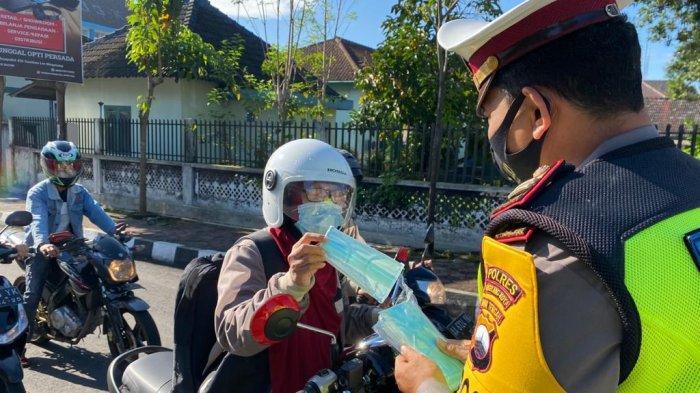 Peduli COVID-19, Polres Magelang Kota Bagikan Masker kepada Pengendara Motor