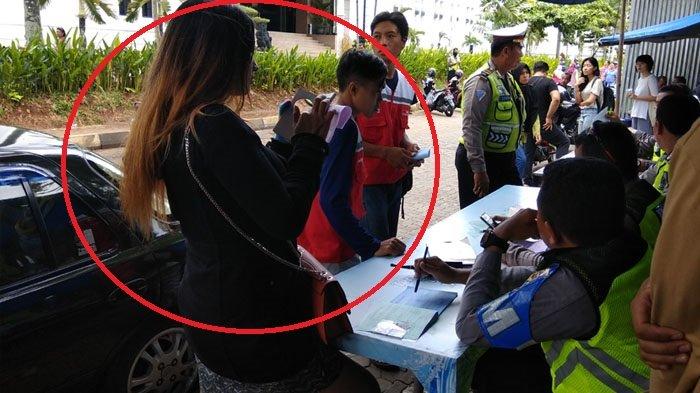 Pengendara Perempuan Tolak Tanda Tangan Surat Tilang, Begini Kata Polisi