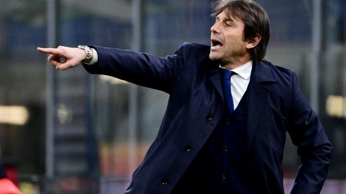 Pelatih Inter Milan Antonio Conte memberi isyarat di perempat final Piala Italia Inter Milan vs AC Milan pada 26 Januari 2021 di stadion Meazza di Milan.