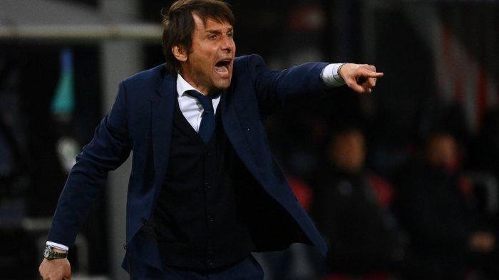 Pelatih Inter Milan Italia Antonio Conte meneriakkan instruksi di Liga Italia Serie A Bologna vs Inter Milan pada 3 April 2021 di stadion Renato-Dall'Ara di Bologna.