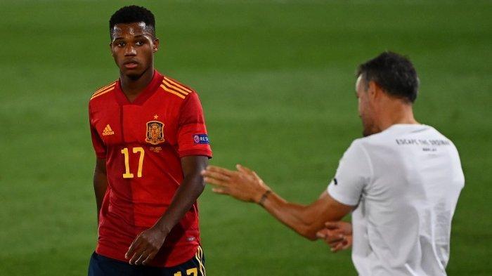 Pelatih Spanyol Luis Enrique (kanan) memberikan instruksi kepada penyerang Spanyol Ansu Fati selama pertandingan sepak bola grup 4 Liga Bangsa-Bangsa UEFA A antara Spanyol dan Ukraina di Stadion Alfredo Di Stefano di Madrid pada 6 September 2020.