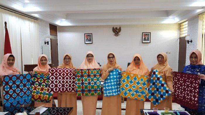 Anggota Dharma Wanita Persatuan Setda Kota Magelang Belajar Membatik