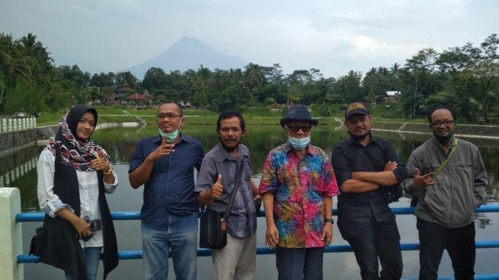 Galang Dana untuk Relawan Merapi dan Covid, Sidik Martowidjojo Melukis Langsung di Embung Kaliaji