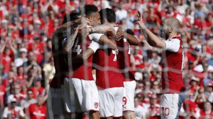 Para pemain Arsenal merayakan gol Pierre-Emerick Aubameyang ke gawang Burnley pada pertandingan Liga Inggris di Stadion Emirates, 6 Mei 2018.