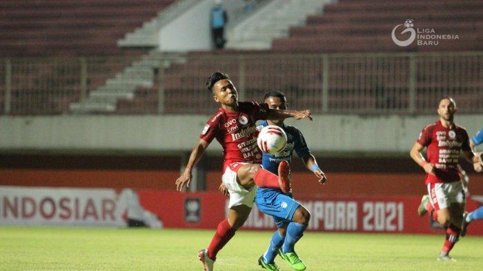 Pemain Bali United, Fahmi Al-Ayyubi dibayangi bek Persib, Ardi Idrus pada laga Grup D Piala Menpora 2021 di Stadion Maguwoharjo, Sleman, 24 Maret 2021 lalu.