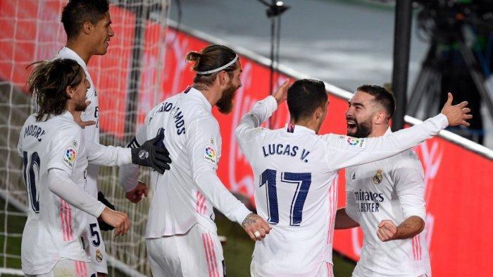 Para pemain Real Madrid merayakan gol bubuh diri Jan Oblak di Liga Spanyol Real Madrid vs Club Atletico de Madrid di stadion Alfredo di Stefano di Madrid pada 12 Desember 2020.
