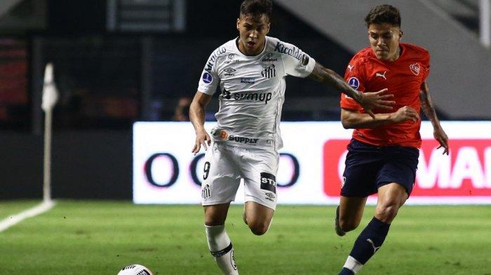 Pemain Santos Kaio Jorge dan Andres Roa di leg pertama babak 16 besar Copa Sudamericana di stadion Urbano Caldeira di Santos, Brasil, pada 15 Juli 2021.