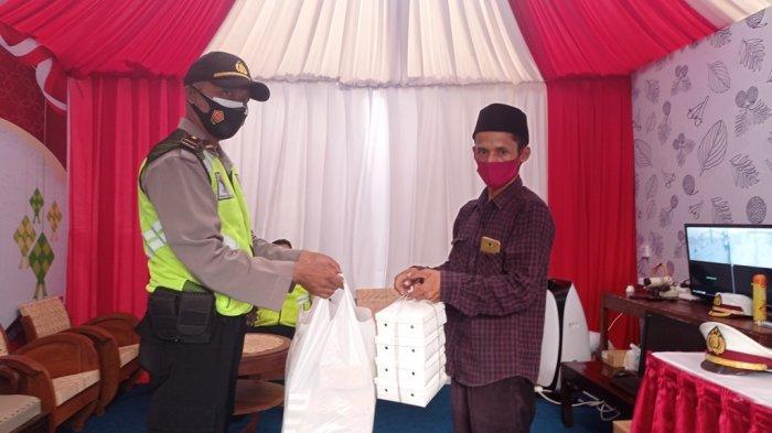 Warga Somokaton Magelang Bagikan Nasi Kotak ke Pos-Pos Pemantauan Mudik