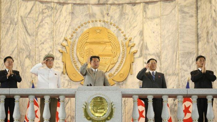 Pemimpin Korea Utara Kim Jong Un dalam parade pasukan militer di ulang tahun ke-73 Korea Utara di Lapangan Kim Il Sung di Pyongyang. Gambar ini diambil pada 9 September 2021 dan dirilis dari Kantor Berita Pusat Korea (KCNA) resmi Korea Utara menunjukkan