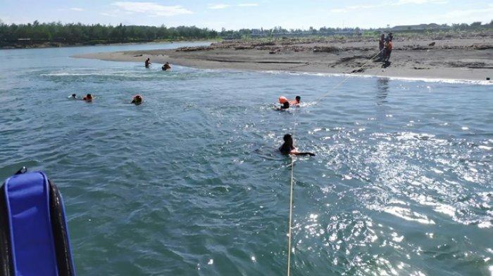 Pencarian korban tenggelam di Muara Sungai Serang Glagah Kulonprogo, Minggu (21/3/2021)