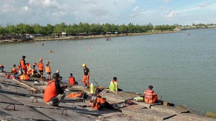 Pencarian korban tenggelam di Muara Sungai Serang Pantai Glagah, Kabupaten Kulon Progo, Minggu (21/3/2021).
