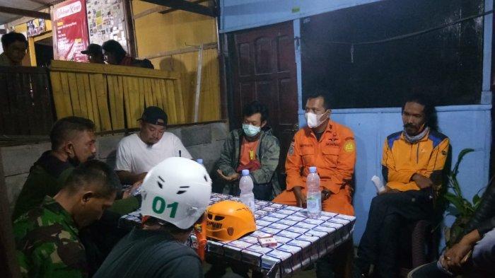 Pertemuan SAR dan relawan, merespons laporan orang hilang di Bukit Kendil, area Gunung Merapi, Rabu (22/9/2021) malam.