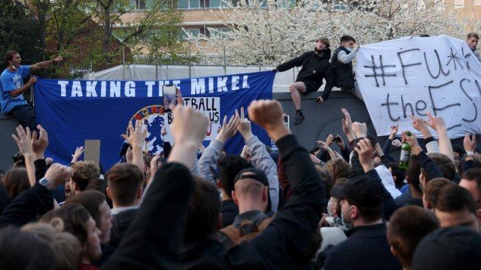 Pendukung Chelsea berdemonstrasi melawan Liga Super Eropa di luar stadion sepak bola Stamford Bridge di London pada 20 April 2021