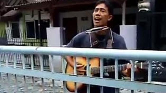 Bisa Jadi Anda Bakal Minta Nambah Lagu Lagi, Pengamen Ini Suaranya Sangat Mirip Iwan Fals