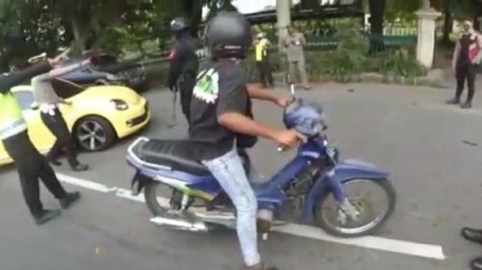 Sejumlah petugas meminta pengemudi mobil kuning untuk menepi saat penyekatan di pos Prambanan, Kabupaten Klaten, Sabtu (8/5/2021).